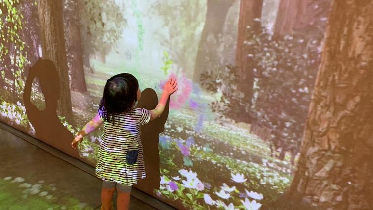 壁に絵を描くのに夢中な娘